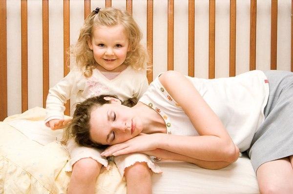 Дочка с мамой развлекаются с двумя