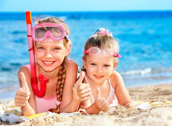ребенок на море на пляже