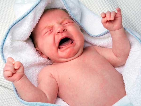 От коликов новорожденного поможет укропная вода