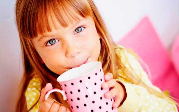 Как-научить-ребенка-пить-из-кружки