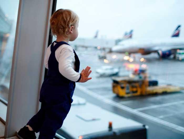 ребенок-смотрит-на-самолет
