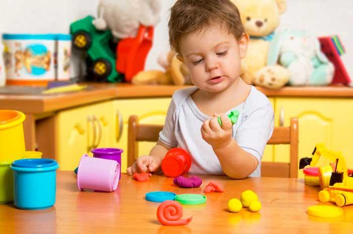 ребенок-лепит-из-пластилина