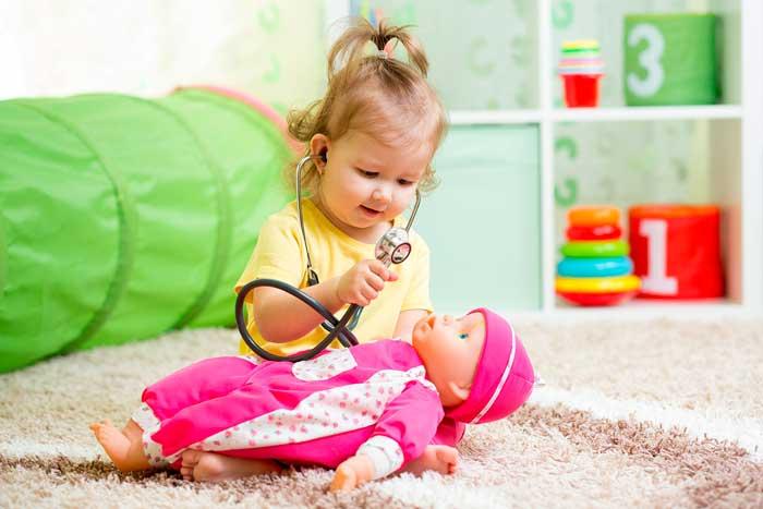 девочка-играет-в-доктора
