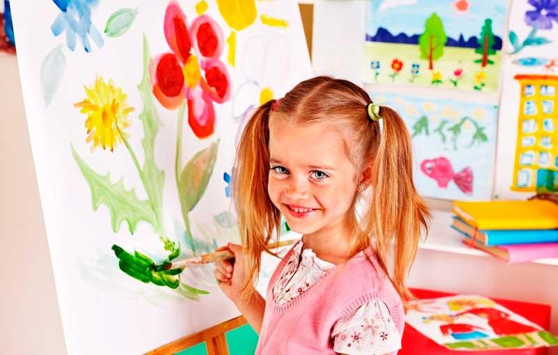 девочка-рисует-на-мольберте