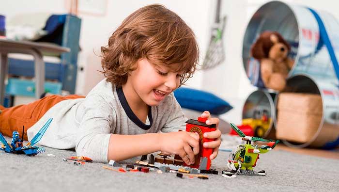 ребенок-играет-в-лего