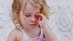 лечение конъюнктивита у детей, конъюнктивит у ребенка, ребенок трет глаз, воспаление глаз