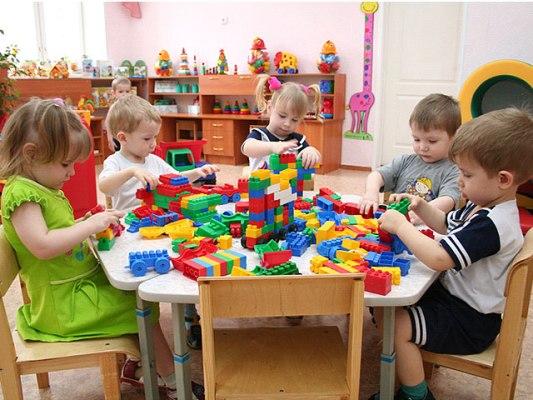 дети в садике играют