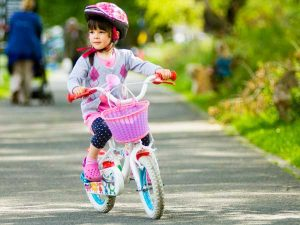 ребенок на велосипеде