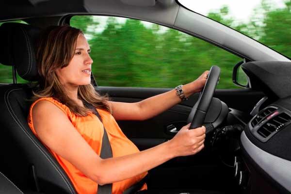 Беременная-женщина-в-машине