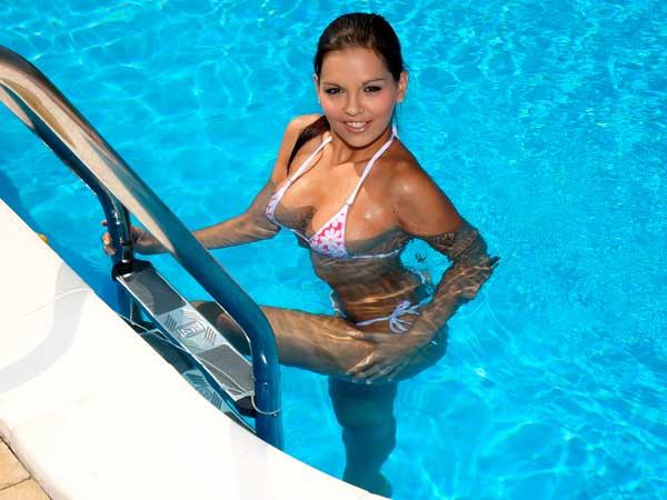 Купание-в-бассейне-в-линзах