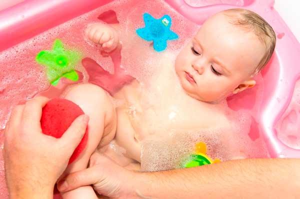 Как правильно подмывать новорожденного ребенка