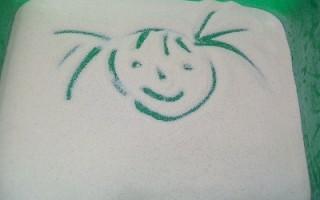Чем занять ребенка: рисуем манкой (песком) на подносе