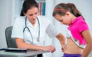 Почему у ребенка болит живот в области пупка? Что делать?