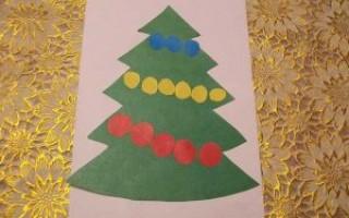 Простая новогодняя аппликация из цветной бумаги для детей: елочка