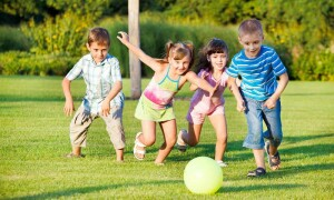 Самые интересные игры для детей на улице летом