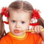 С какого возраста чистить зубы, как научить ребенка чистить зубы. Ребенок не дает чистить зубы.