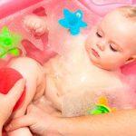 Как правильно подмывать новорожденного ребенка (мальчика и девочку)