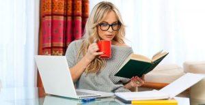 Девушка пишет статьи в интернете за деньги
