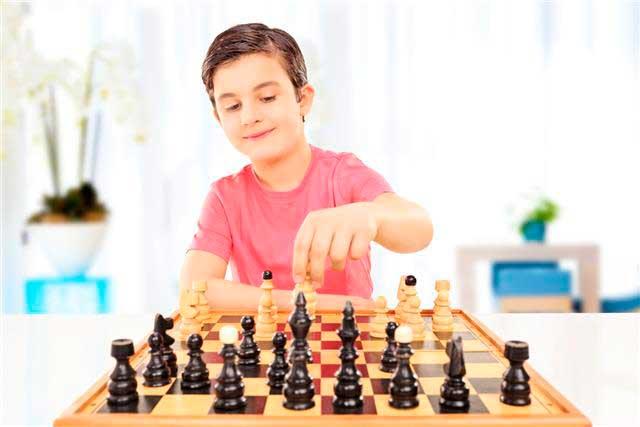 мальчик-играет-в-шахматы
