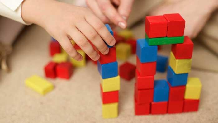 ребенок-играет-в-конструктор